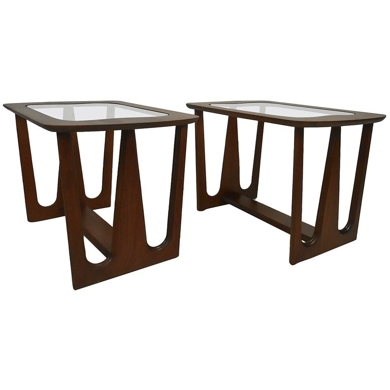Pair of Mid-Century Modern Walnut Side/End Tables For Sale