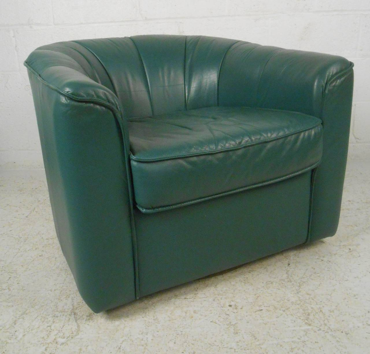 Pair of Contemporary Modern Swivel Club Chairs In Good Condition For Sale In Brooklyn, NY