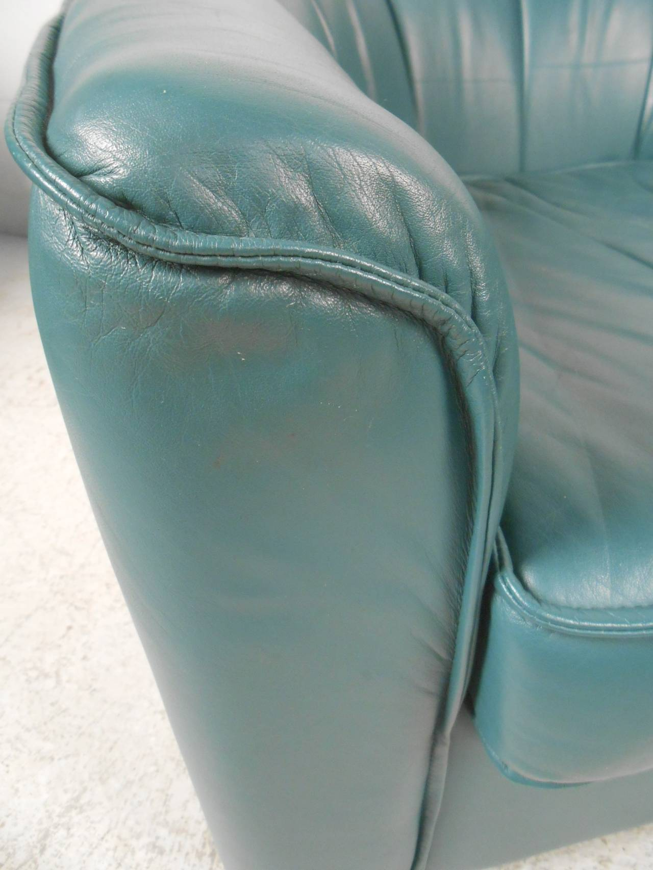 20th Century Pair of Contemporary Modern Swivel Club Chairs For Sale