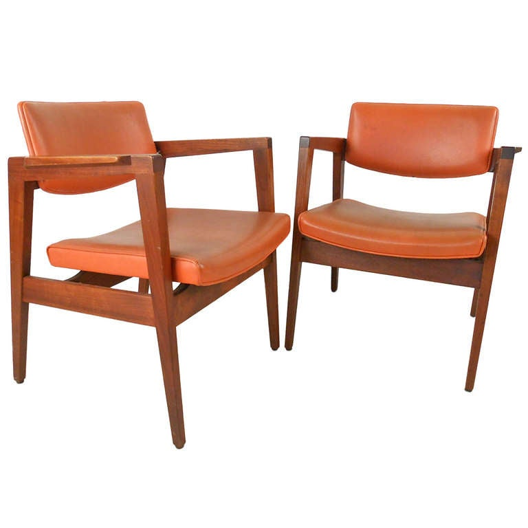 Surprising Pair Of Mid Century Modern American Walnut Side Chairs Gmtry Best Dining Table And Chair Ideas Images Gmtryco