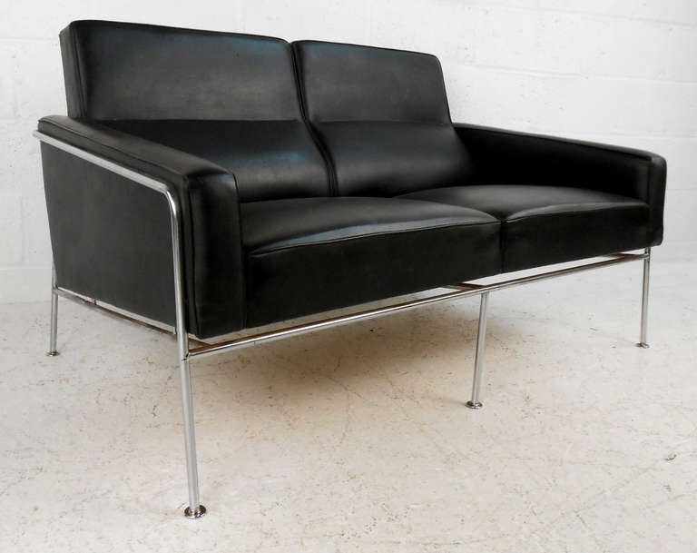 mid century two seat airport sofa by arne jacobsen image 2. Black Bedroom Furniture Sets. Home Design Ideas
