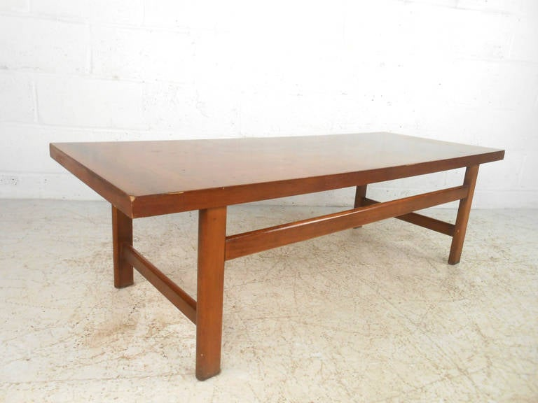 Vintage Walnut Coffee Table by Lane Furniture In Good Condition For Sale In Brooklyn, NY