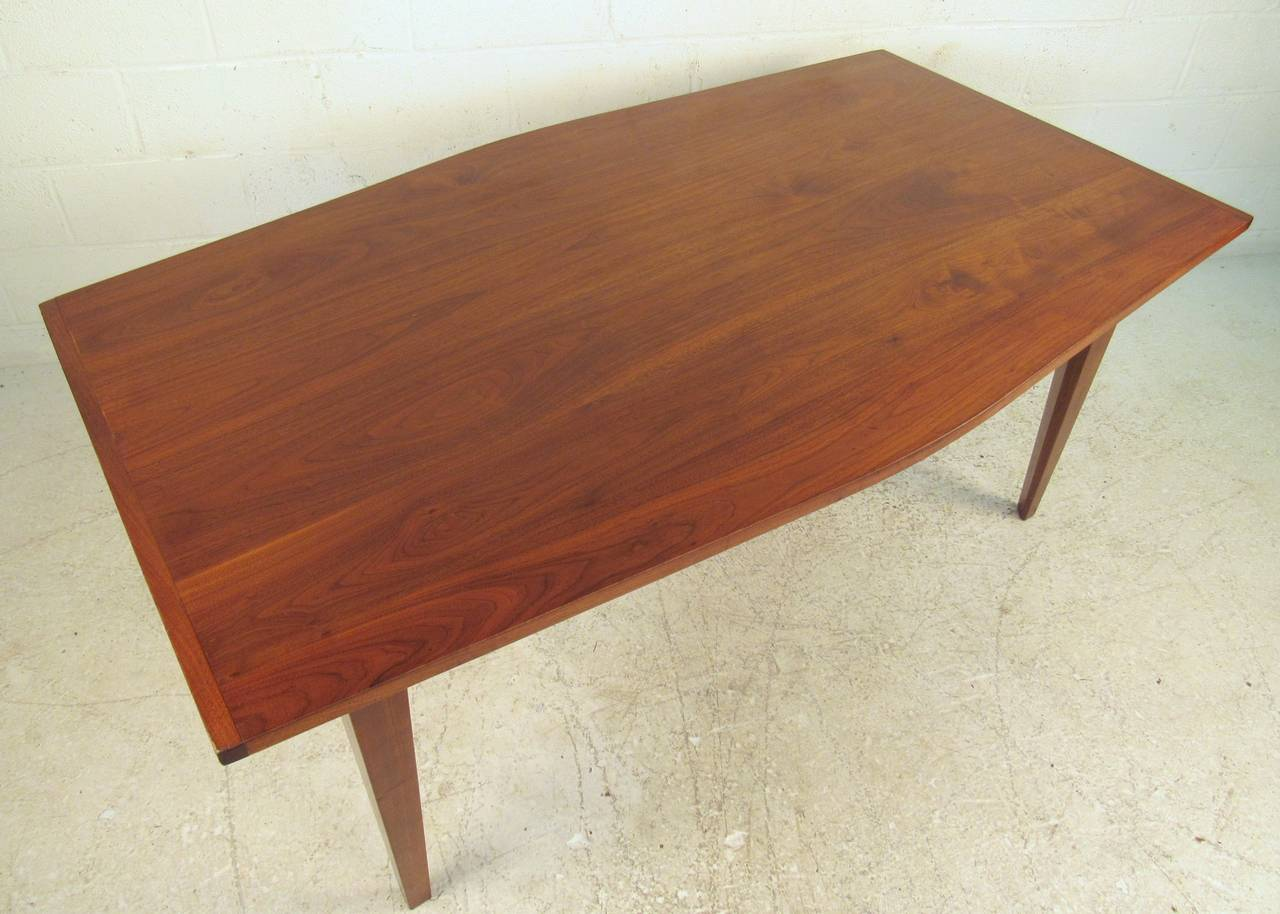Mid-Century Modern Dining Table In Fair Condition For Sale In Brooklyn, NY