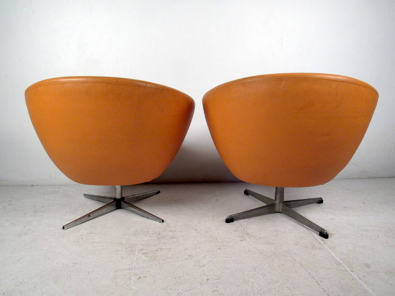Pair Of Mid Century Modern Overman Orange Lounge Chairs In Good Condition  For Sale In