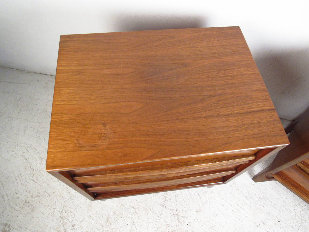 Pair of Midcentury Curved Front Nightstands In Good Condition For Sale In Brooklyn, NY