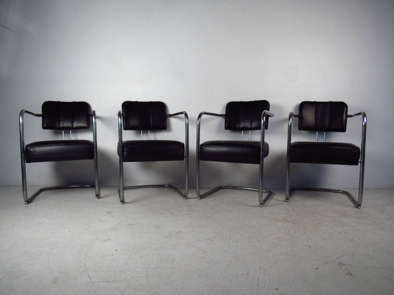 set of four italian black leather and chrome chairs for sale at 1stdibs. Black Bedroom Furniture Sets. Home Design Ideas