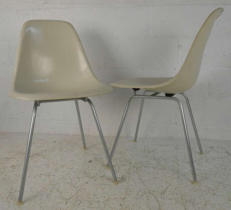 Bon Pair Of White Shell Chairs With H Base. Please Confirm Item Location (NY Or