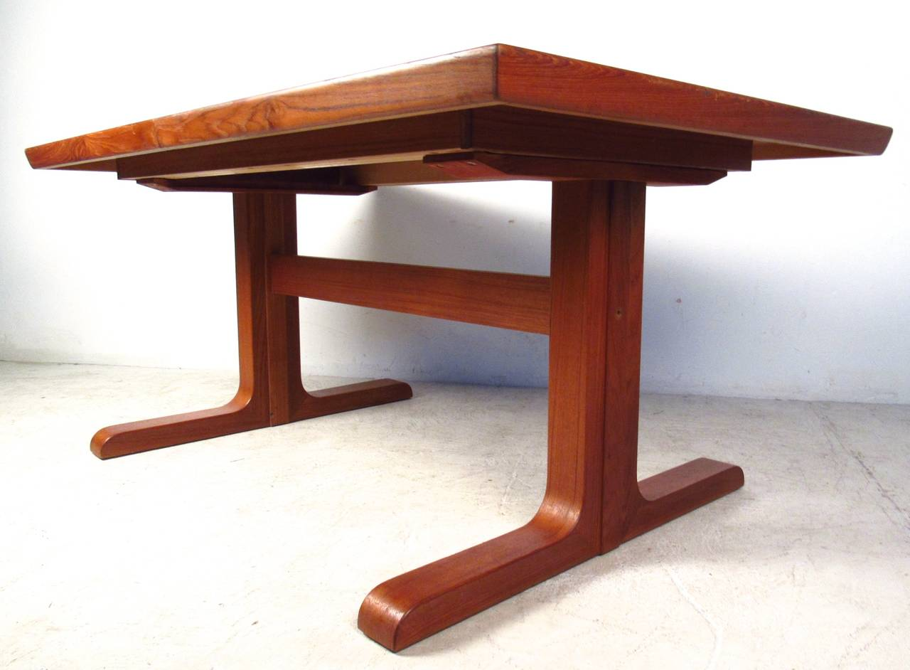 Mid-Century Modern Danish Teak Dining Table with Leaves In Good Condition For Sale In Brooklyn, NY