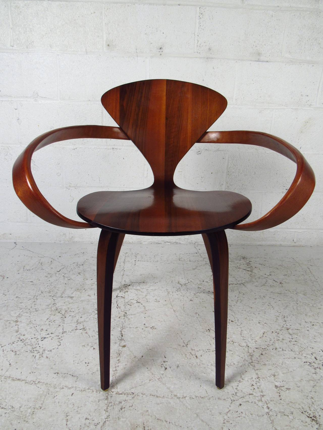 Amazing This Unique Cherner Bentwood Chair Is Widely Praised For Itu0027s Innovative  Sculptural Design. Tapered Legs