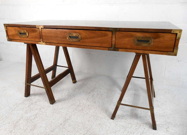 Incroyable Mid Century Modern Vintage Campaign Desk By Bernhardt For Sale