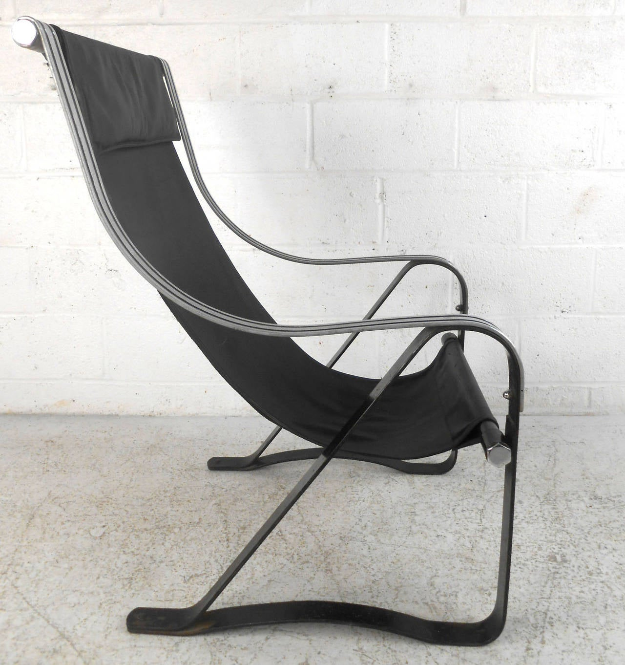 Mid-Century Leather Sling Lounge Chair In Good Condition For Sale In Brooklyn, NY