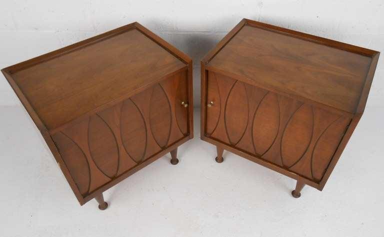 Mid-Century Modern Pair of Vintage Walnut Nightstands by Hoke For Sale