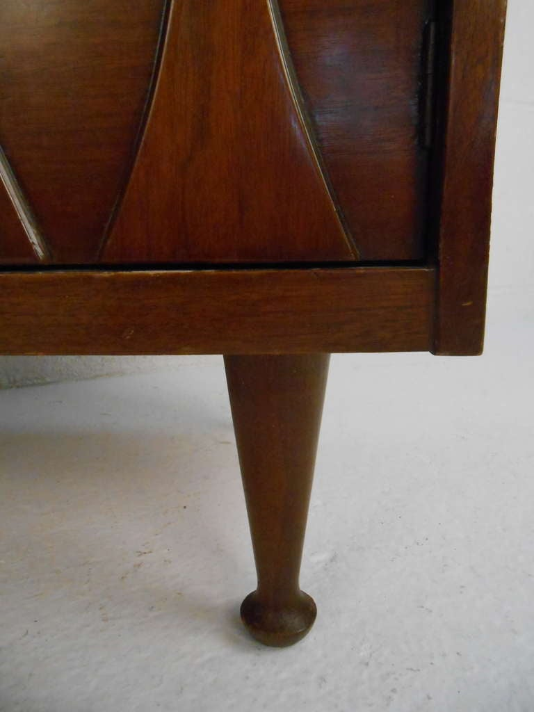 Pair of Vintage Walnut Nightstands by Hoke In Good Condition For Sale In Brooklyn, NY