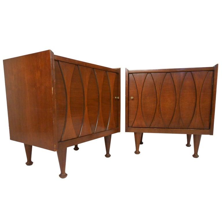 Pair of Vintage Walnut Nightstands by Hoke For Sale