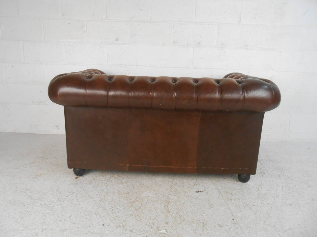 Uniquely sized vintage leather chesterfield sofa at 1stdibs for Decor jewelry chesterfield