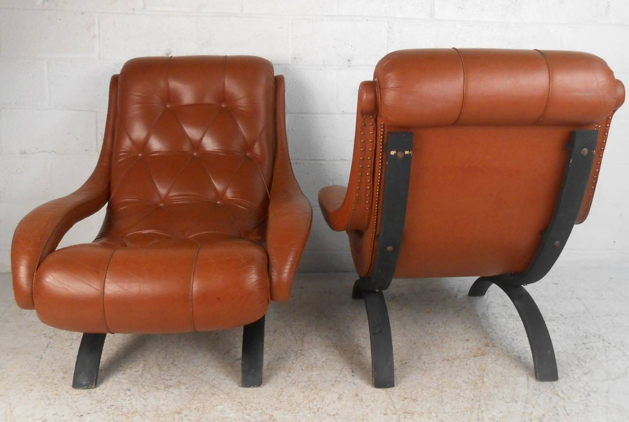 Unknown Pair of Midcentury Tufted Leather Lounge Chairs For Sale