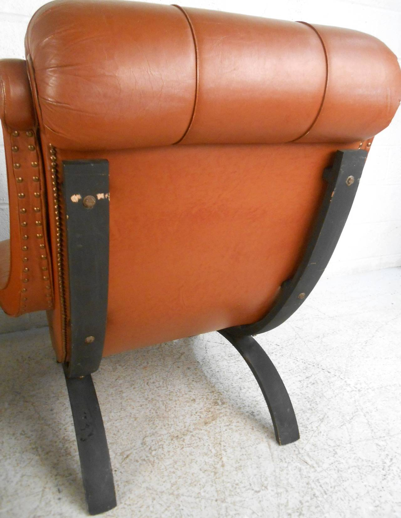 Pair of Midcentury Tufted Leather Lounge Chairs In Good Condition For Sale In Brooklyn, NY