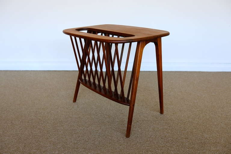 Walnut side table w magazine rack by arthur umanoff at for 13 a table magasin