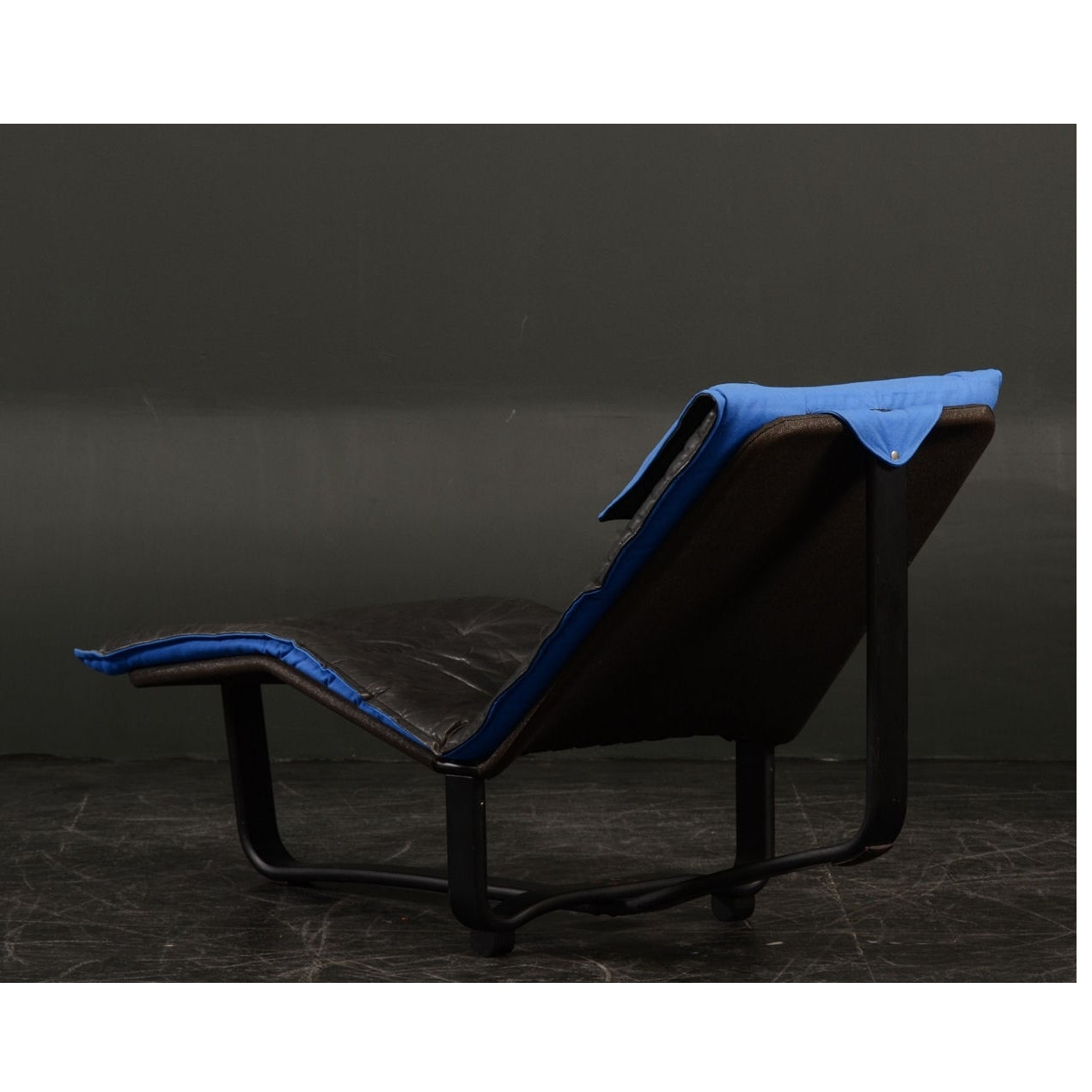 1970s igmar relling and knut leather chaise lounge at 1stdibs for Blue leather chaise lounge