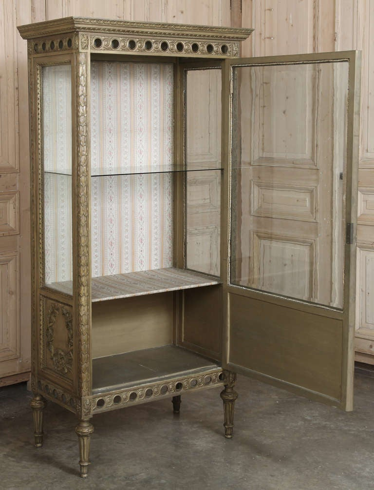 antique italian neoclassical painted and gilded vitrine at 1stdibs. Black Bedroom Furniture Sets. Home Design Ideas