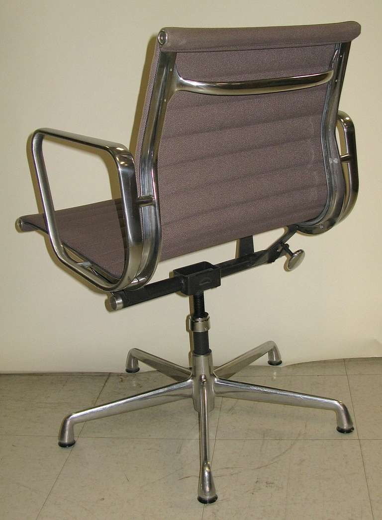 eames aluminum group arm chair at 1stdibs. Black Bedroom Furniture Sets. Home Design Ideas