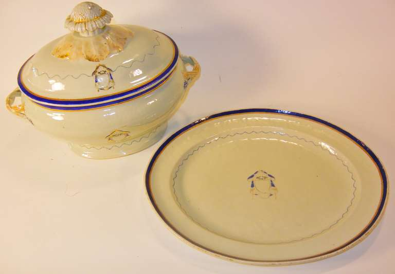 This large-size Chinese Export porcelain serving set (tureen, cover, underliner) was made for the American market in the Federal Period during the reign of the Jiaqing Emperor, circa 1796-1810. The decoration is simple and refined and