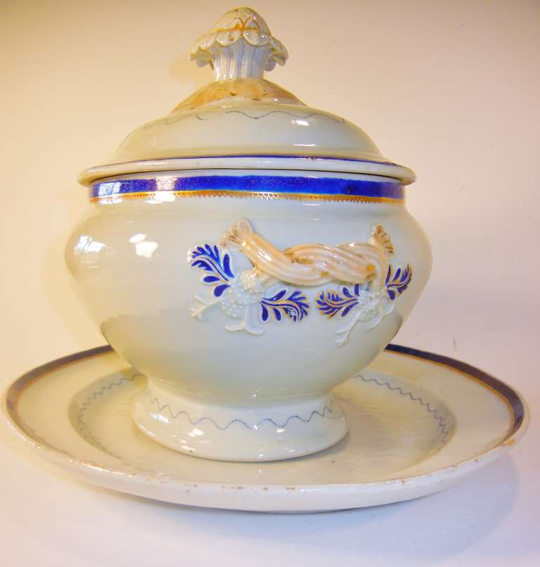Late 18th Century Love Birds Armorial Tureen with Underliner, Chinese Export Jiaqing Emperor For Sale