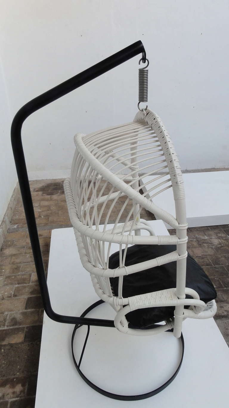 Iconic Sixties White Cane Parrot Hanging Chair With Metal Frame By Rohe Noordwolde The Netherlands In Good Condition For Sale In bergen op zoom, NL
