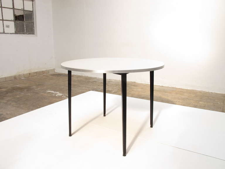Friso kramer rare round 39 39 reform 39 39 dining table ahrend de cirkel at 1stdibs - Kamer dining ...