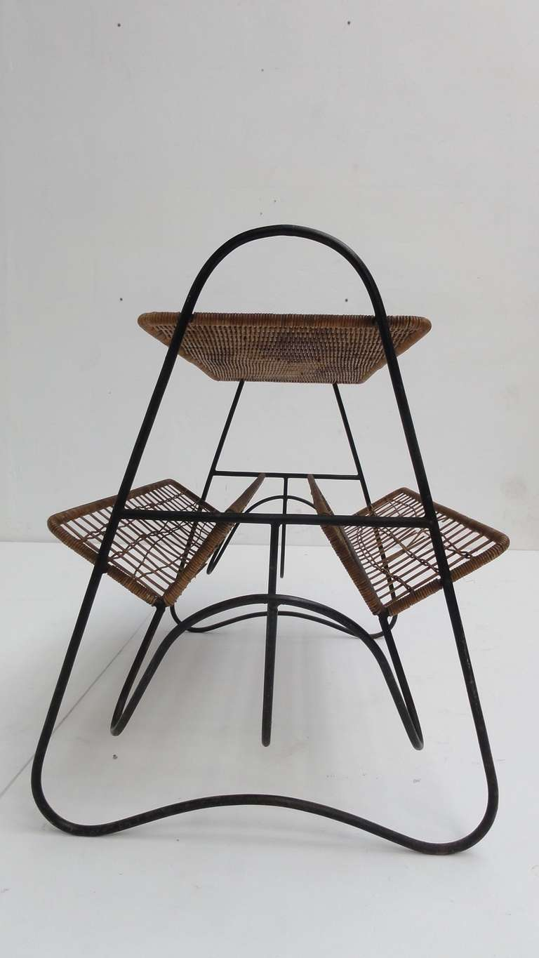 French 1950s Wicker and Metal Side Table or Magazine Rack In Good Condition For Sale In bergen op zoom, NL