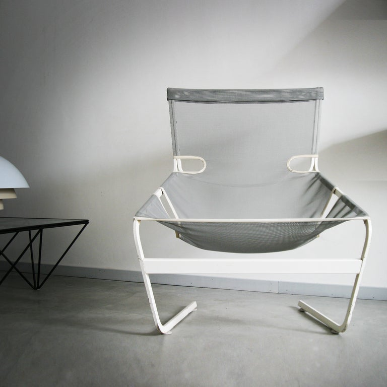 Rare lounge chair 'F444' by Pierre Paulin. Manufacturer by Artifort. White painted steel and gray mesh seats. Stunning original condition and complete with the 'cover' for the top.