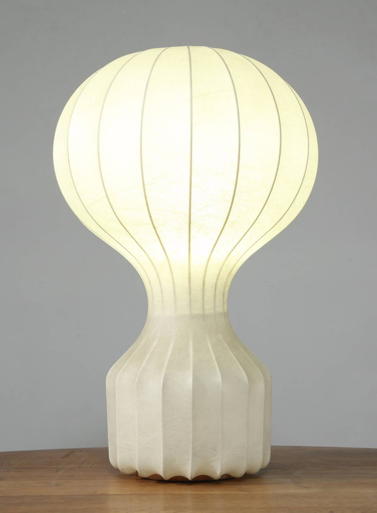 An architectural 'Gatto' table lamp by Achille and Pier Giacomo Castiglioni for Flos, Italy.  This lamp is made of a steel frame with a cocoon-like diffuser, in a shape that resembles a hot air balloon. It is an original 1960s edition and is labeled