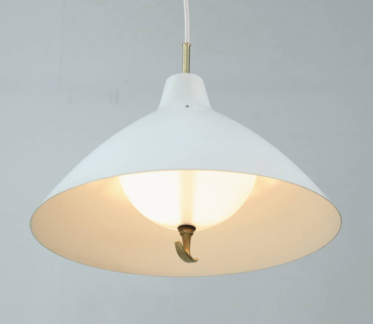 White Lacquered Metal ASEA Pendant Lamp with a Counterweight, Sweden, 1950s In Good Condition For Sale In Maastricht, NL