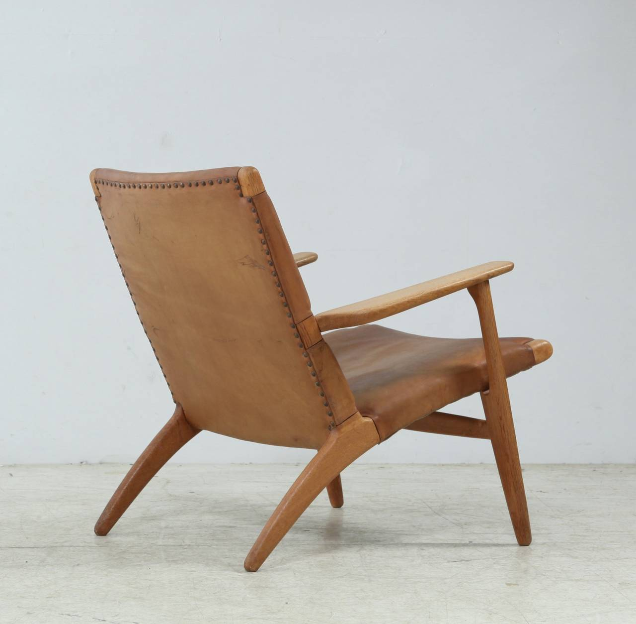 Exceptional Scandinavian Modern Model Ch 25 Hans Wegner Lounge Chair In Leather For Sale