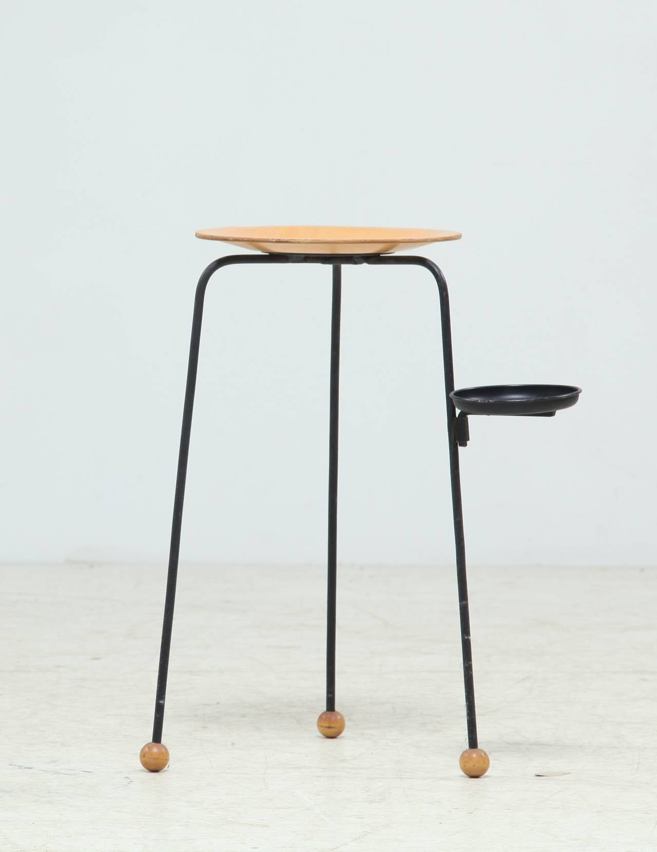 A small side table by Tony Paul from his 'Tempo' series for Woodlin-Hall. The table has thin metal legs, ball feet, a wooden top and a removable ashtray or coaster.