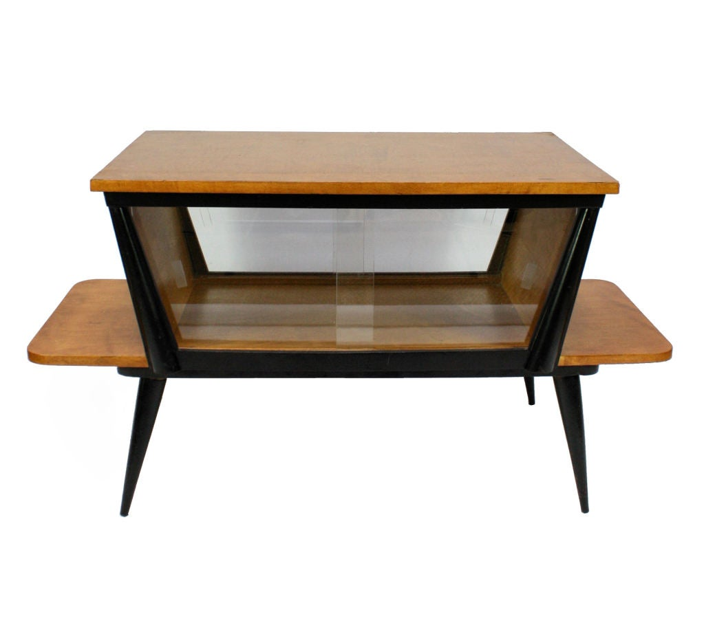 A stylish italian vitrine occasional table at 1stdibs for Table vitrine