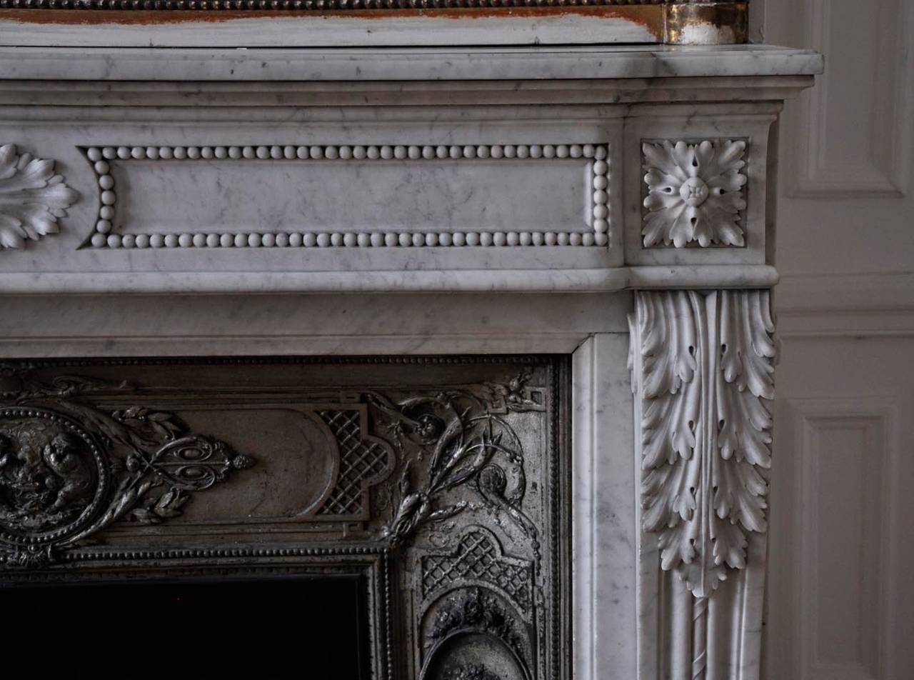 Antique louis xvi style fireplace with acanthus d cor for Acanthus decoration