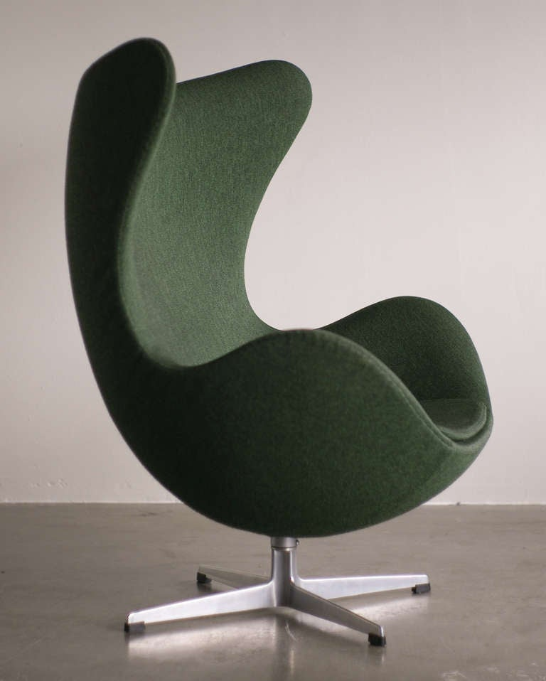 1960 39 s arne jacobsen egg chair in original vintage 2 tone green wool at 1stdibs. Black Bedroom Furniture Sets. Home Design Ideas