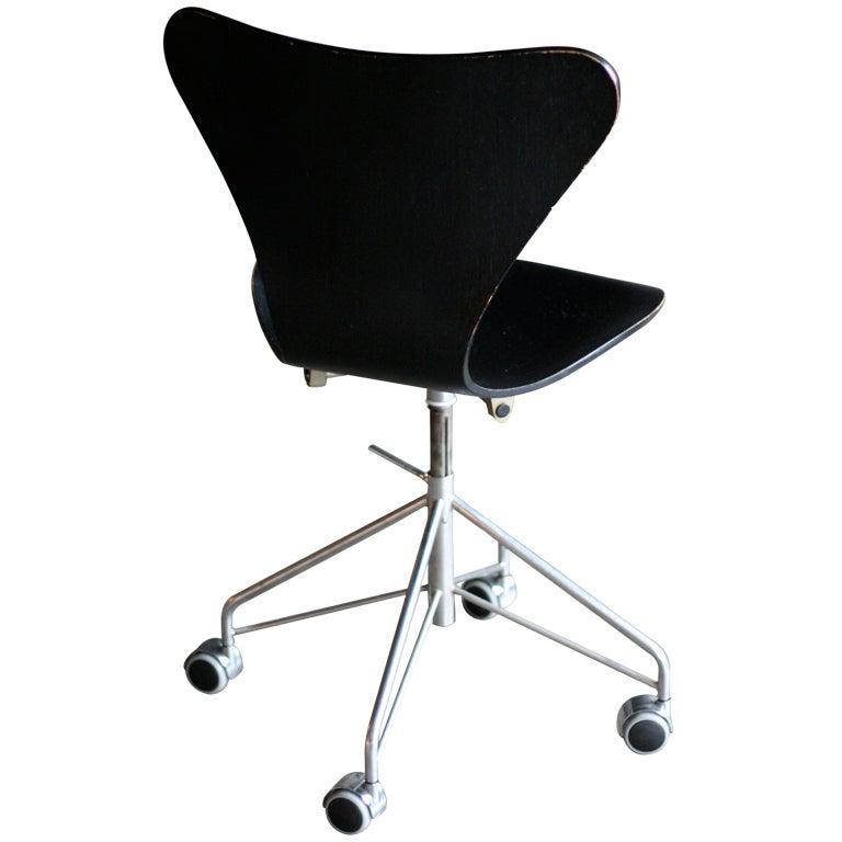 7 series desk chair designed by arne jacobsen for fritz hansen arne jacobsen office chair