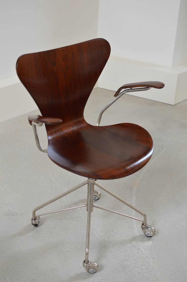 earliest arne jacobsen rosewood swivel desk chair with arms at 1stdibs. Black Bedroom Furniture Sets. Home Design Ideas