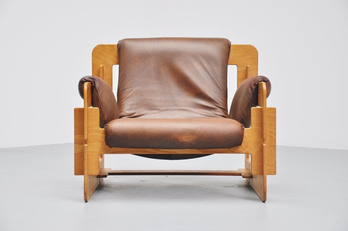 Fantastic puzzle piece lounge chair designed by Arne Jacobsen for Fritz Hansen, Denmark, 1960. This chair was often sold with cow skin, this piece is original with its leather upholstery. Very nice birch plywood frame puzzled together and