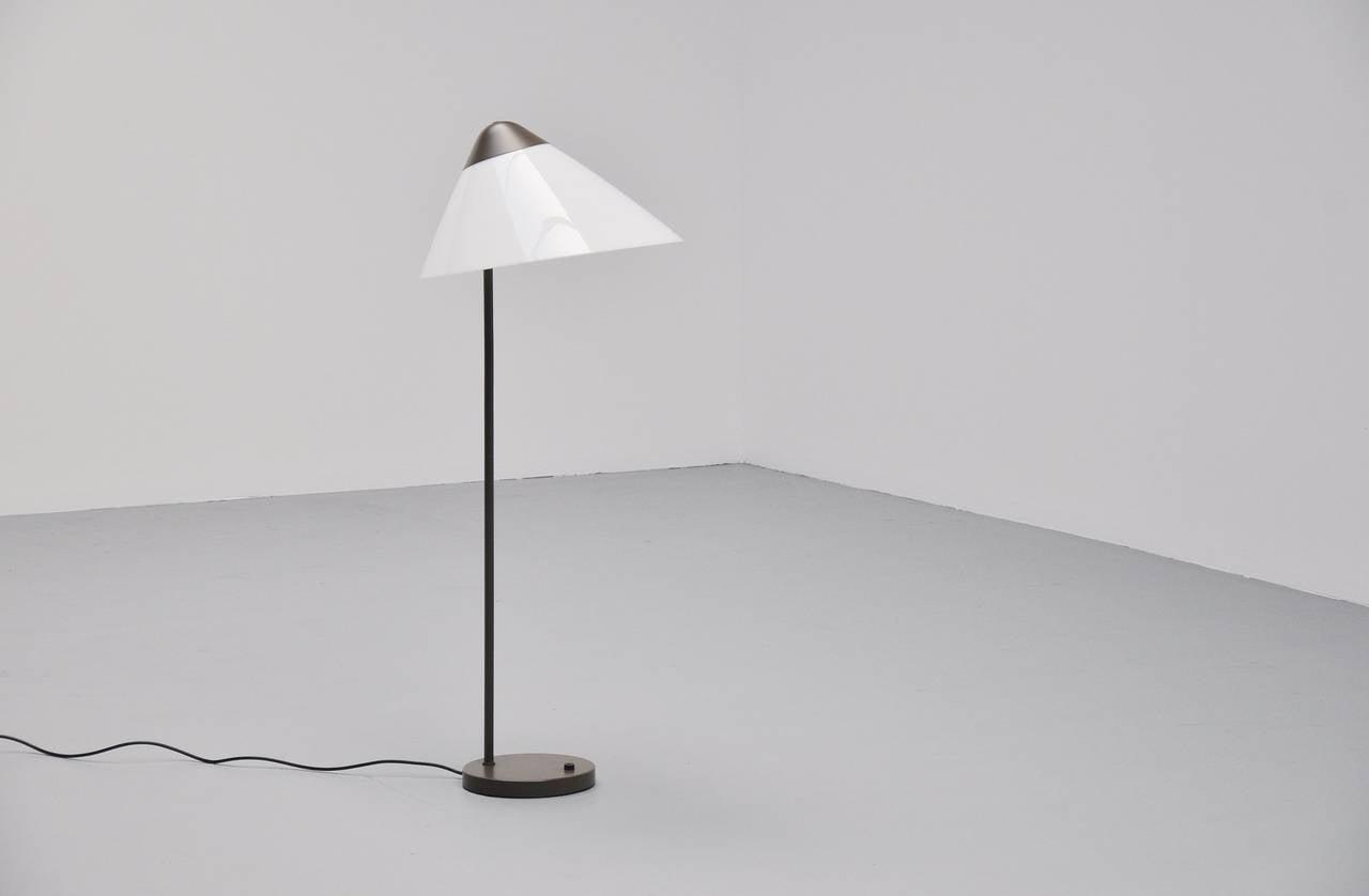 Folkekære Hans Wegner Opala Floor Lamp, Louis Poulsen 1975 For Sale at 1stdibs SN-27