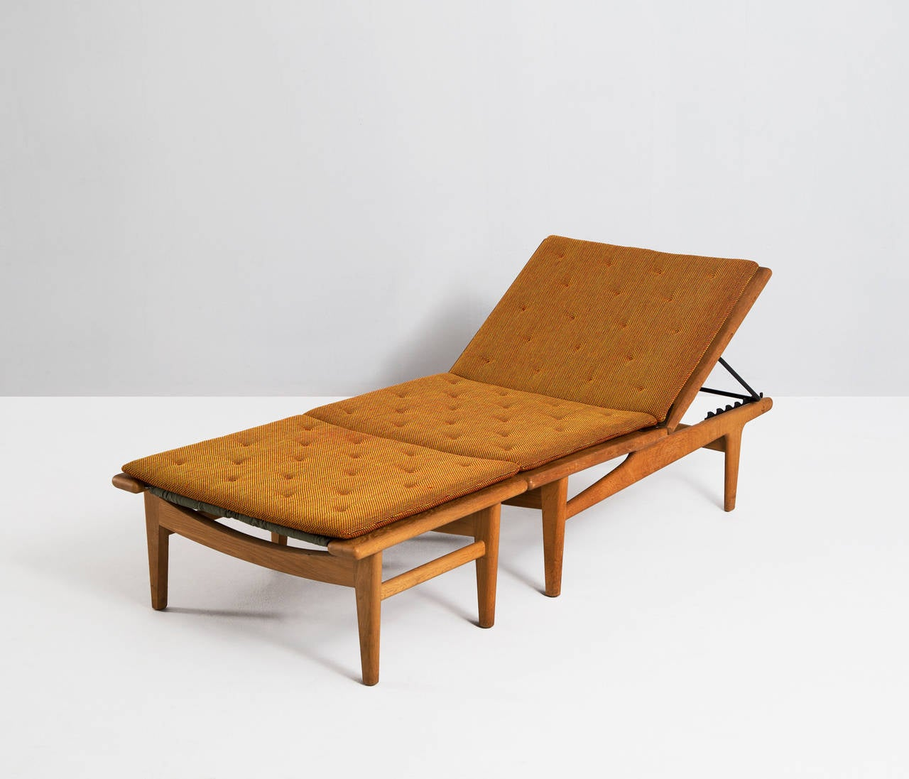 solid oak hans j wegner chaise longue for getama at 1stdibs. Black Bedroom Furniture Sets. Home Design Ideas