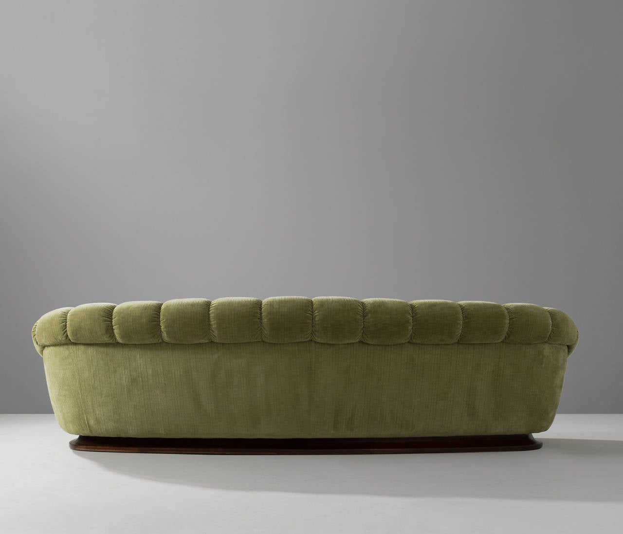 Elegant curved italian sofa with round shapes at 1stdibs for Elegante sofas