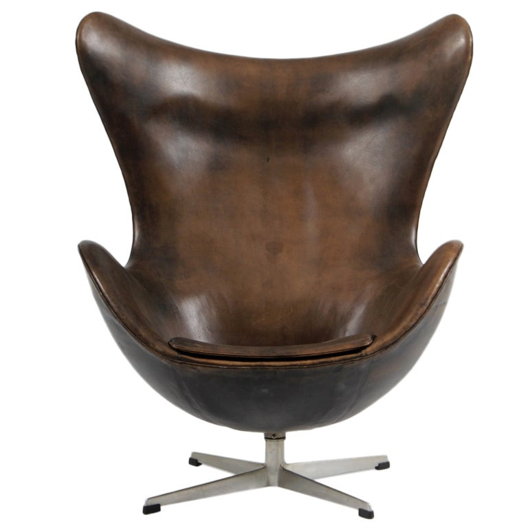 jacobsen early patinated egg chair fritz hansen before 1963 at 1stdibs. Black Bedroom Furniture Sets. Home Design Ideas