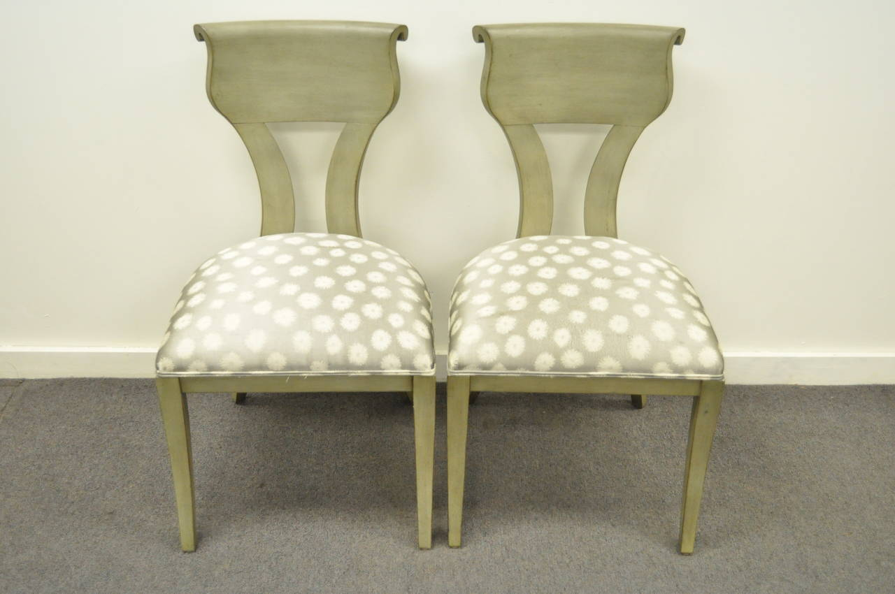 Pair of Hollywood Regency Klismos Neoclassical Style Grey Painted Side Chairs For Sale 4