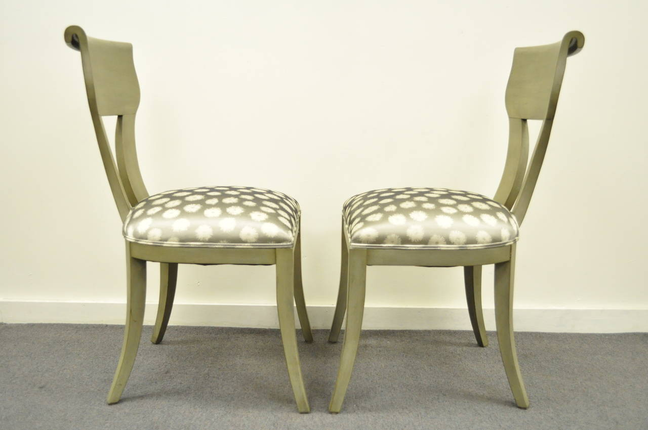 Wood Pair of Hollywood Regency Klismos Neoclassical Style Grey Painted Side Chairs For Sale