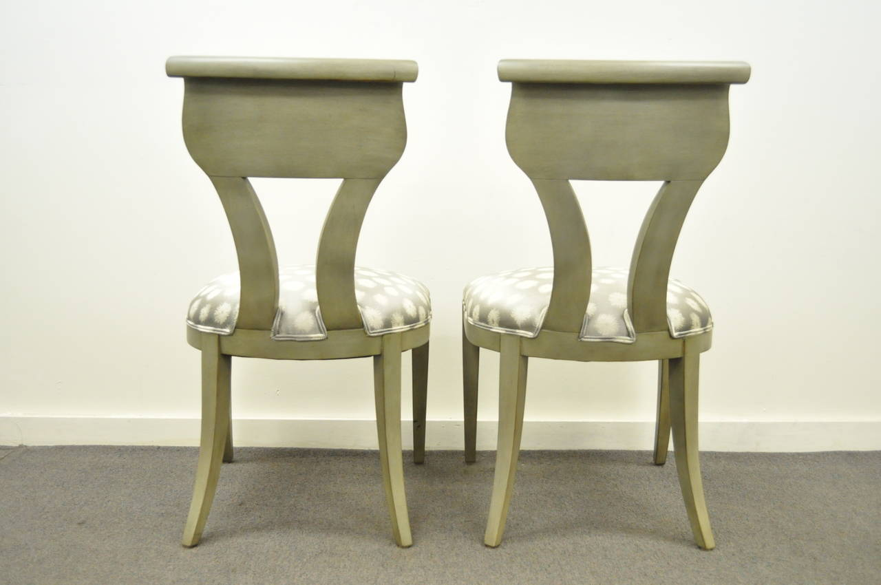 Pair of Hollywood Regency Klismos Neoclassical Style Grey Painted Side Chairs For Sale 3