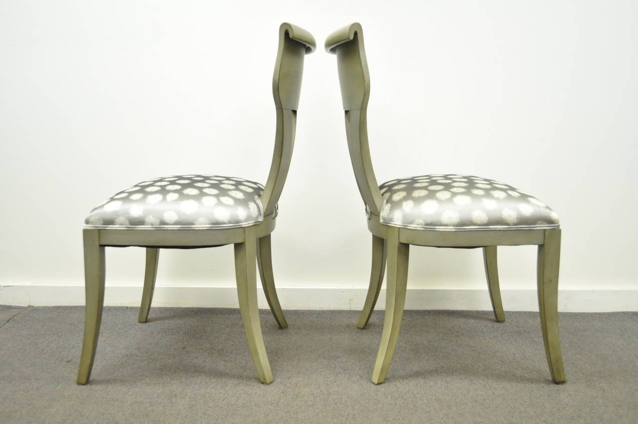 Pair of Hollywood Regency Klismos Neoclassical Style Grey Painted Side Chairs In Excellent Condition For Sale In Philadelphia, PA