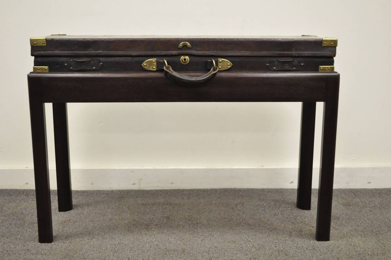 English William Powell & Sons Leather Rifle Case on Custom Stand, circa 1900 In Good Condition For Sale In Philadelphia, PA